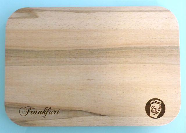 Frankfurter Geschenke - Stadtgeschenke aus Bembeltown. Neu in unserem Sortiment jetzt auch Küchenbettchen und Schneidebretter in verschiedenen Größen erhältlich. www.Bembeltown.de -- #Küchenbedarf #Schneidebrettchen #Schneidebrett #Bembel #Bembeltown #Frankfurt #Souvenirs #Geschenke