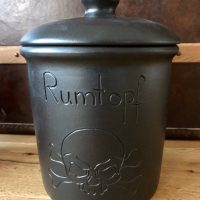Schwarzer 5 Liter Rumtopf mit Totenkopf